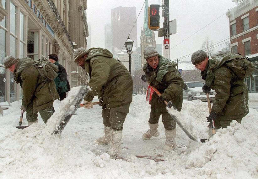 Ejercito palea nieve en Toronto